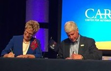 Ontario Premier Kathleen Wynne and Michigan Governor Rick Snyder sign binational agreement to boost auto industry